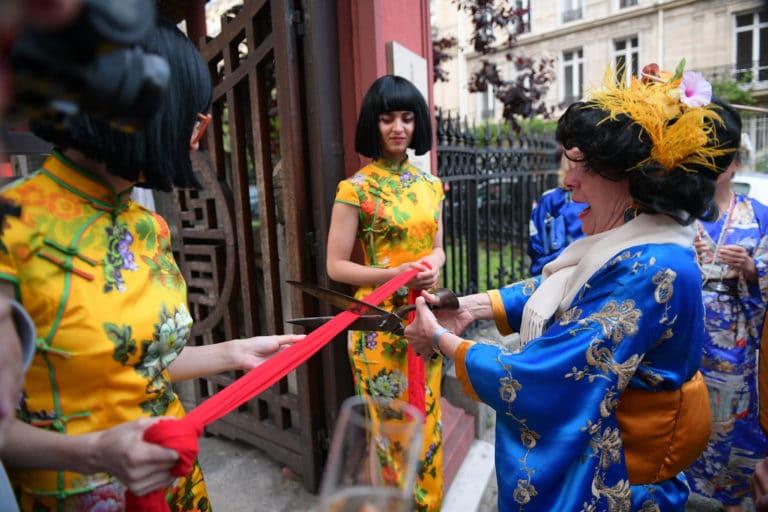 ruban rouge ouverture pagode chinoise tintin et le lotus bleu tenues traditionnelles japonaises fun paris acteurs chine france agence wato we are the oracle evenementiel event