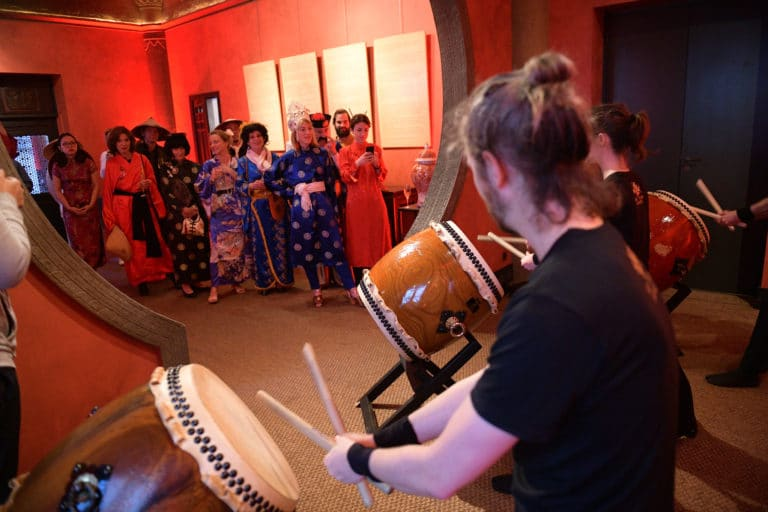 paris taiko percussions japonaises tambours japonais performance baguettes musiciens hotel particulier pagode chinoise tintin fun paris acteurs chine france agence wato we are the oracle evenementiel events