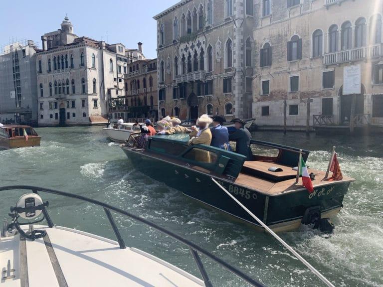 taxi-venitien-vert-invites-costumes-grand-canal-venise-italie