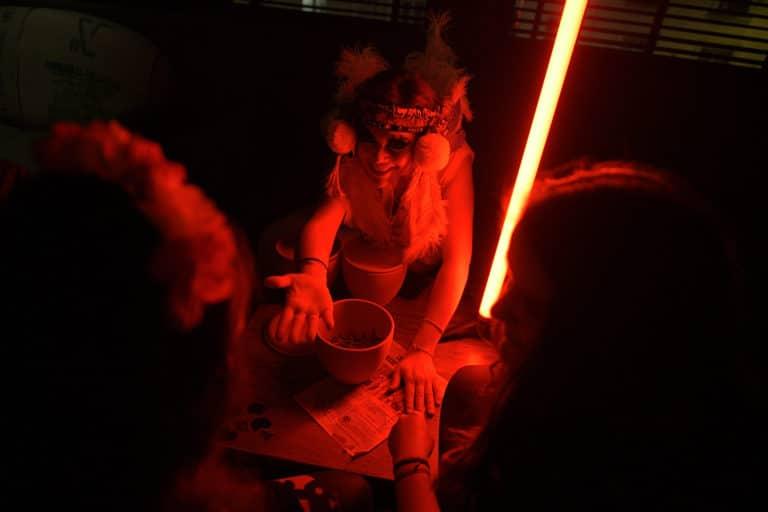 actrice indienne degustation de vers vip gafa soiree corporate amazon theme jungle vegetation scenographie sur mesure amazonia winter party france agence wato we are the oracle evenementiel event