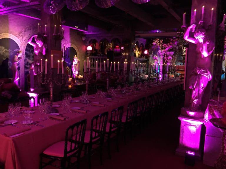 frigos de paris agence-wato-evenementiel-paris-diner-exceptionnel-bougie-moine-costume-table-décors-univers-3