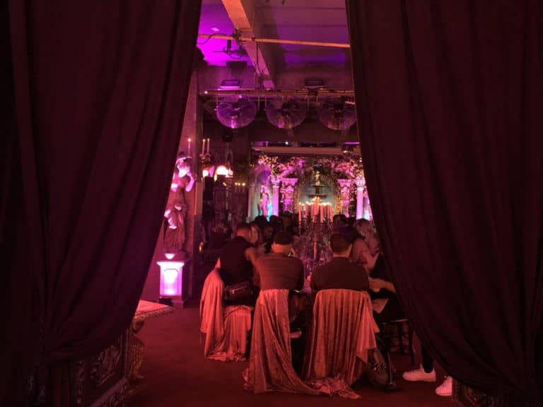 agence-wato-evenementiel-paris-diner-exceptionnel-catacombes-carrières-ougie-moine-costume-table-décors-univers-5