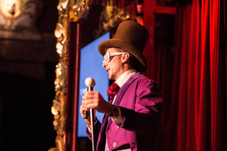 agence-wato-evenementielle-paris-soirée-corporate-voyage-privé-the-magic-factory-bonbons-sucette-jeux-poney-boule-clown-joie-ballons-chamboule-tout-barbe-à-papa-champagne-photocall-discours-10