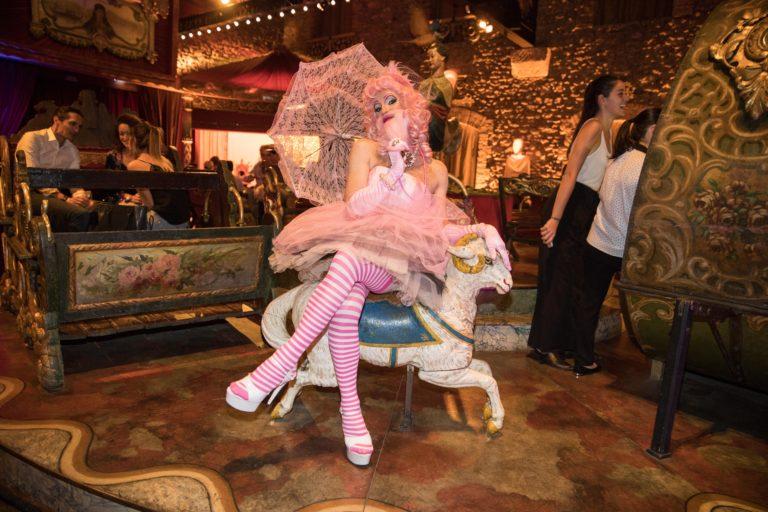 agence-wato-evenementielle-paris-soirée-corporate-voyage-privé-the-magic-factory-bonbons-sucette-jeux-poney-boule-clown-joie-ballons-chamboule-tout-barbe-à-papa-champagne-photocall-discours-26