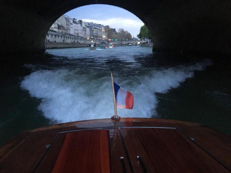 bateau riva en bois traditionnel venise pont seine cocktail croisière paris france soirée privée stripes agence wato we are the oracle evenementiel events