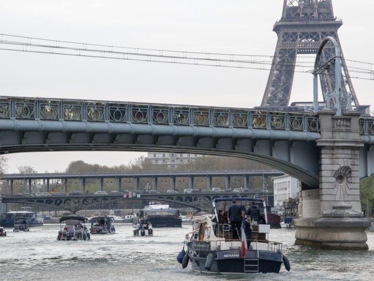 bateaux de luxe seine cocktail tour eiffel pont bir hakeim croisière paris france soirée privée stripes agence wato we are the oracle evenementiel events