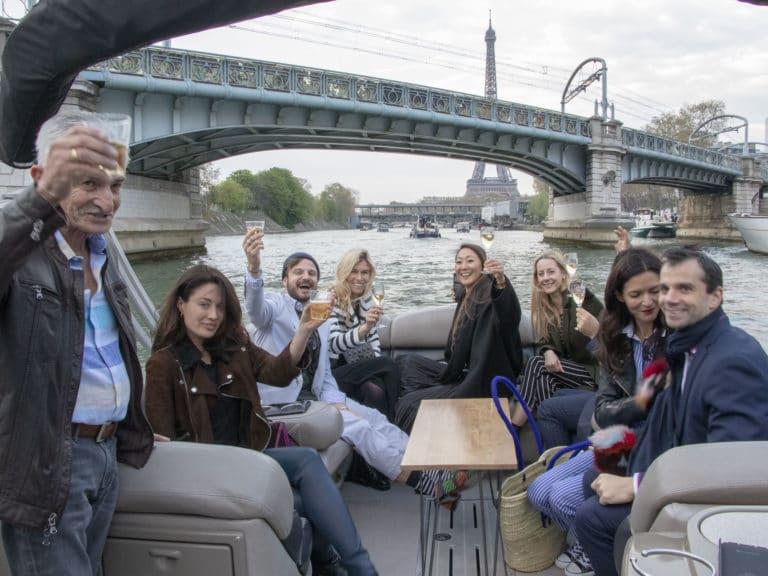 champagne fun bateaux de luxe seine cocktail tour eiffel pont bir hakeim croisière paris france soirée privée stripes agence wato we are the oracle evenementiel events