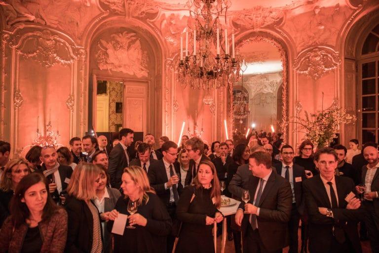 cocktail dinatoire coupes de champagne lustre sur mesure archives nationales hotel particulier de soubise paris france AG2R agence wato we are the oracle evenementiel events