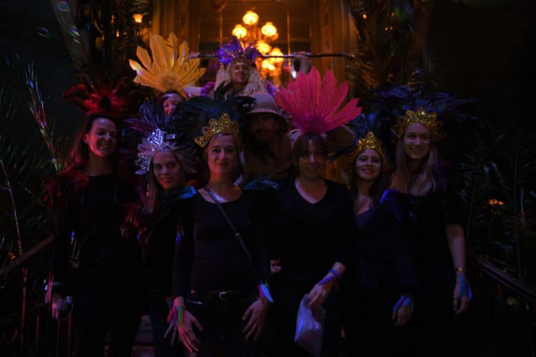 coiffe coiffes indienne plumes fun photo soiree corporate amazon gafa theme jungle vegetation scenographie sur mesure amazonia winter party france agence wato we are the oracle evenementiel events