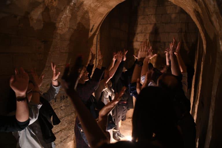 cryptes voutes couloir catacombes de paris diner insolite exceptionnel france bougies evenement sur mesure soiree corporate partenaires leboncoin agence wato we are the oracle evenement event