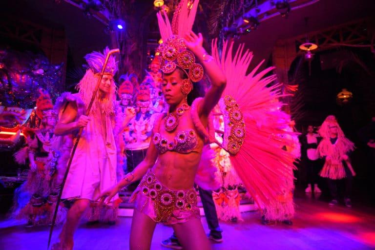 danse danseuses bresiliennes soiree corporate amazon gafa theme jungle vegetation scenographie sur mesure amazonia winter party france agence wato we are the oracle evenementiel events