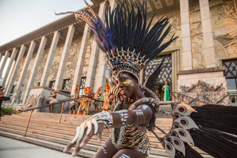 palais de la porte doree danseuse performeuse coiffe plumes pan deguisements brasero palais de la porte doree the family phoenix temple theme jungle evenement sur mesure agence wato we are the oracle evenementiel event
