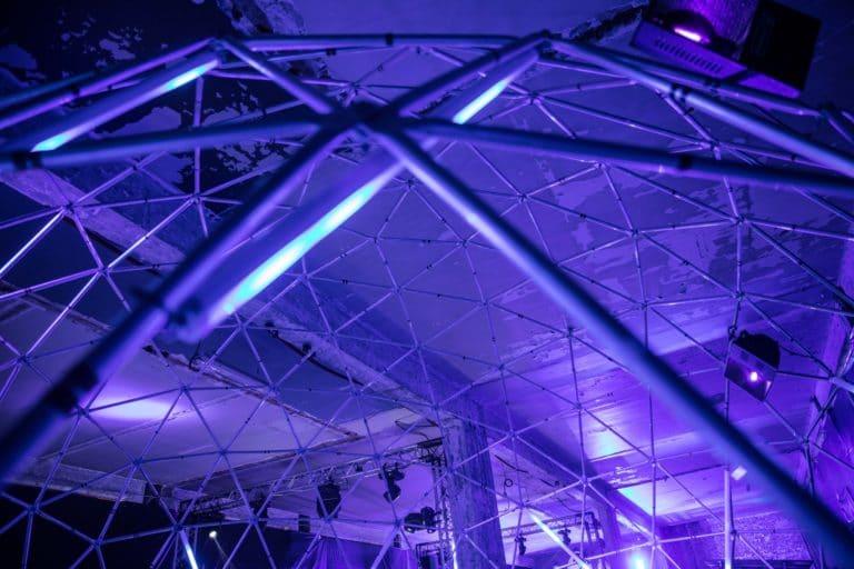 dc4 dome geodesique sabres lasers soiree surprise deguisements astronautes salon scaleway scenographie sur mesure scaleway scaleday paris france agence wato we are the oracle evenementiel events