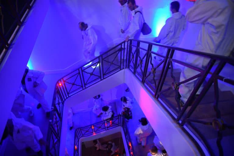 dc4 escaliers soiree surprise astronautes cosmonautes salon scaleway scenographie sur mesure scaleway scaleday paris france agence wato we are the oracle evenementiel event