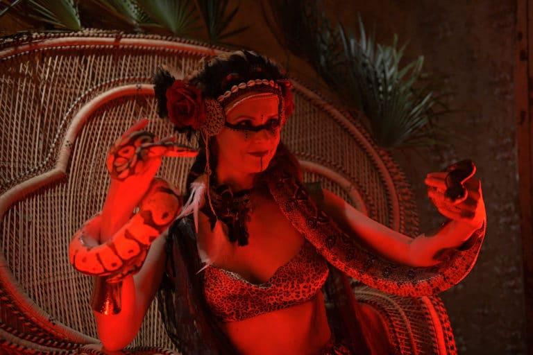 lia vinova charmeuse de serpents neon soiree corporate amazon theme jungle vegetation scenographie sur mesure amazonia winter party france agence wato we are the oracle evenementiel events