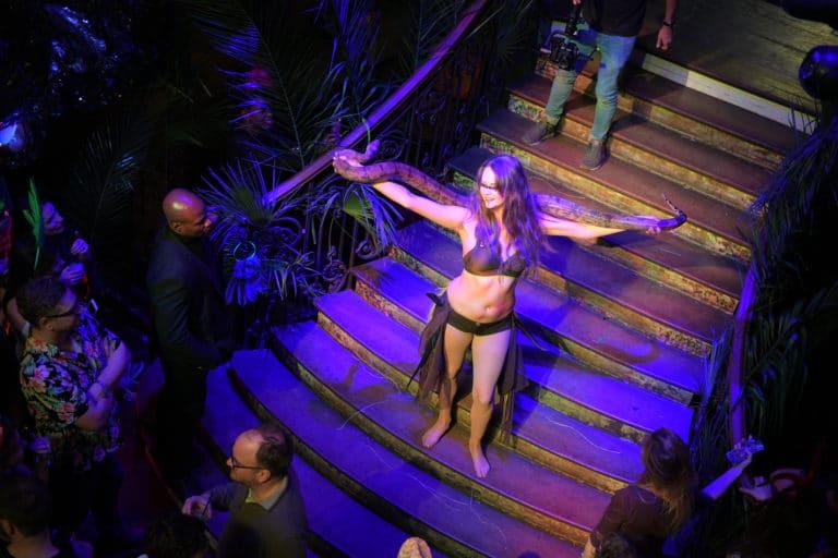 lia vinova charmeuse de serpents soiree corporate theme jungle escalier scenographie sur mesure amazonia winter party amazon france agence wato we are the oracle evenementiel events