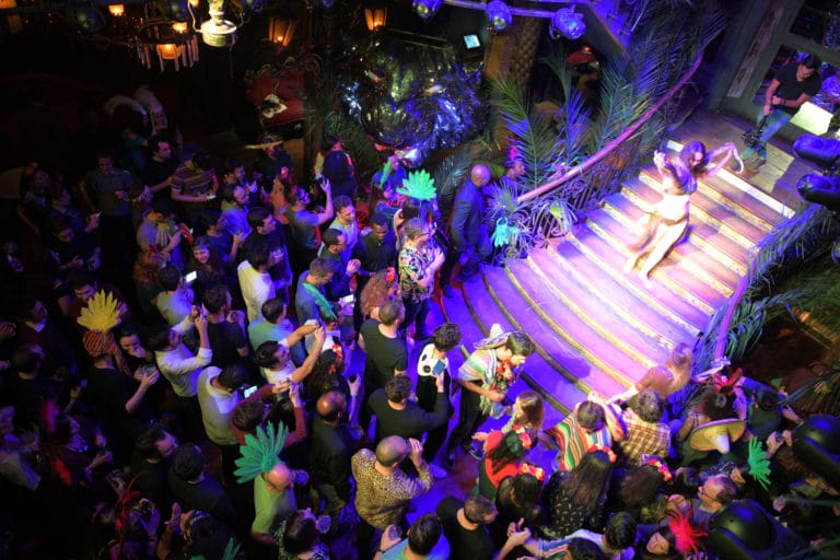 lia vinova charmeuse de serpents soiree corporate theme jungle vegetation escalier scenographie sur mesure amazonia winter party amazon france agence wato we are the oracle evenementiel events