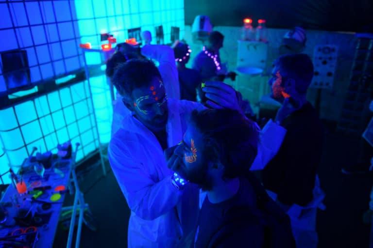 dc4 maquillage body painting soiree surprise deguisements astronautes cosmonautes salon scaleway scenographie sur mesure scaleway scaleday paris france agence wato we are the oracle evenementiel