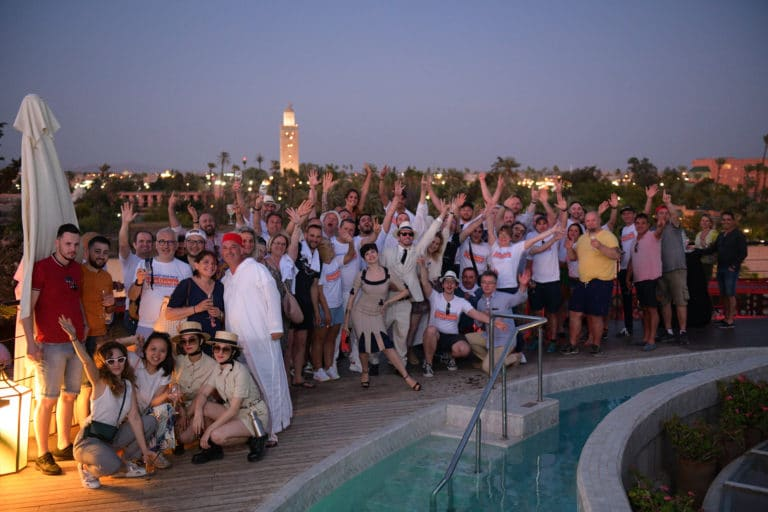 photo de famille sunset rooftop hotel marrakech team building voyage soleil maroc maghreb evenement sur mesure domofinance challenge agence wato we are the oracle evenementiel