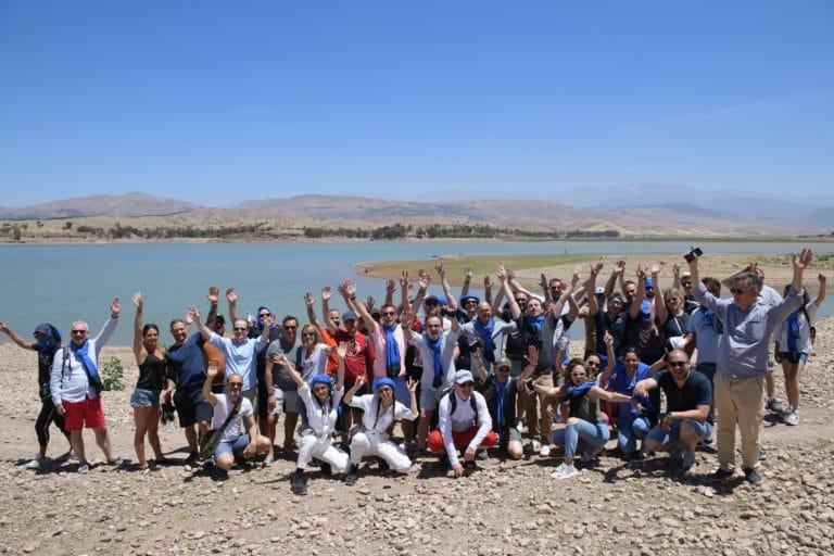 photo de groupe lac desert team building voyage soleil marrakech maroc maghreb evenement sur mesure domofinance challenge agence wato we are the oracle evenementiel