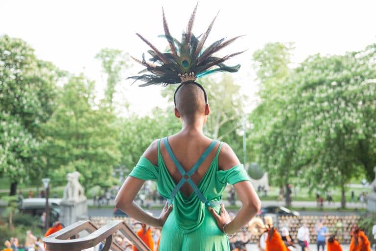 pretresse actrice coiffe plume tribal deguisements theme jungle palais de la porte doree the family phoenix temple evenement sur mesure agence wato we are the oracle evenementiel events