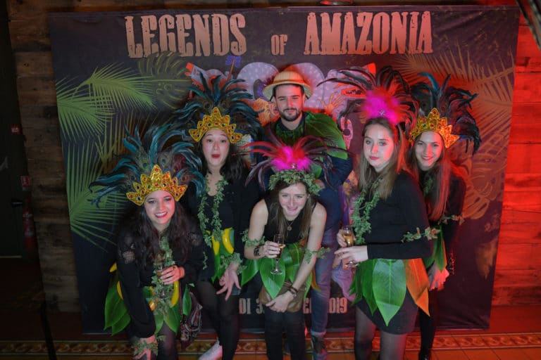 photocall personnalise chapeau soiree corporate theme jungle vegetation scenographie sur mesure amazonia winter party amazon france agence wato we are the oracle evenementiel events