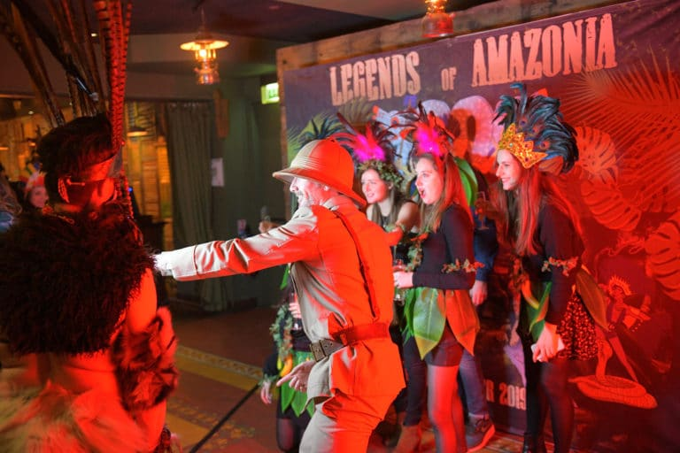 photocall personnalise coloniaux soiree corporate theme jungle vegetation scenographie sur mesure amazonia winter party amazon france agence wato we are the oracle evenementiel events