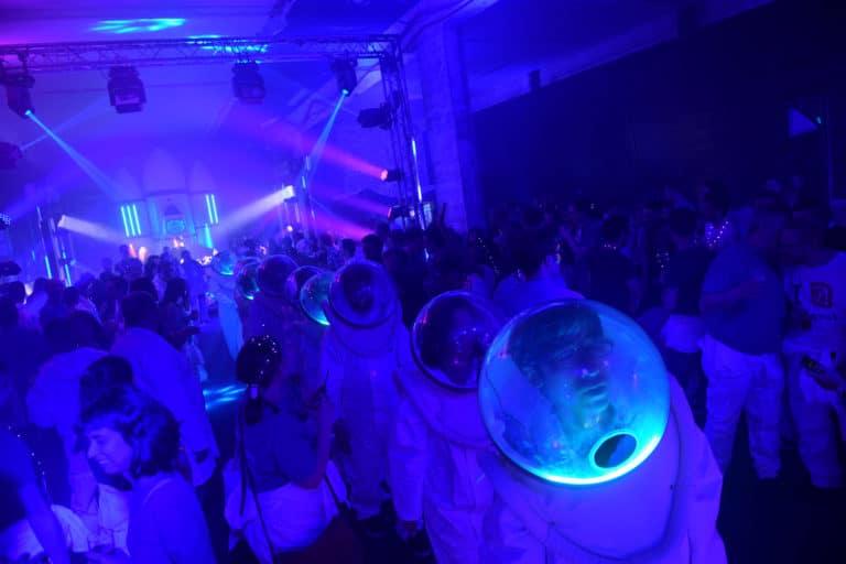 dc4 soiree dansante tunnel astronautes cosmonautes salon scaleway scenographie sur mesure scaleway scaleday agence wato paris france we are the oracle evenementiel event
