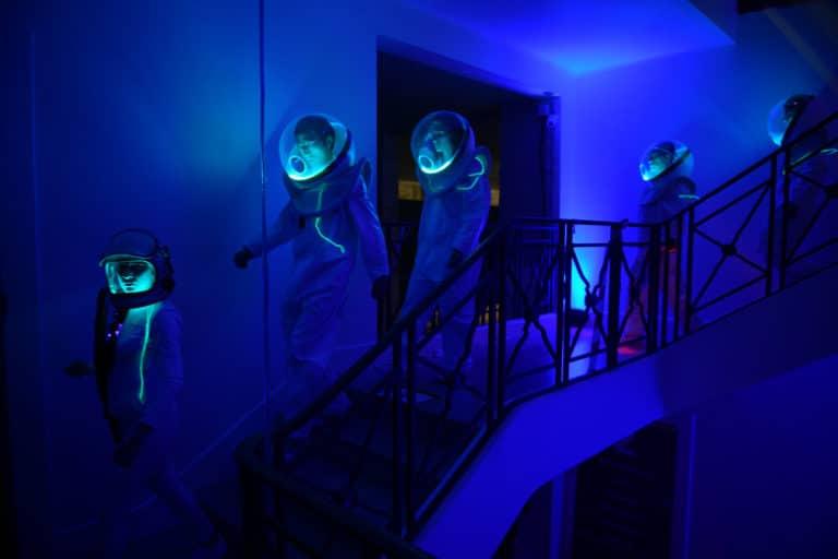 dc4 soiree surprise escaliers costumes astronautes cosmonautes salon scaleway scenographie sur mesure scaleway scaleday paris france agence wato we are the oracle evenementiel event