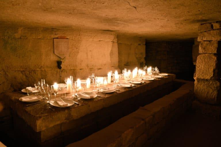 table repas diner catacombes de paris diner insolite exceptionnel france bougies scenographie sur mesure soiree corporate partenaires leboncoin agence wato we are the oracle evenement events
