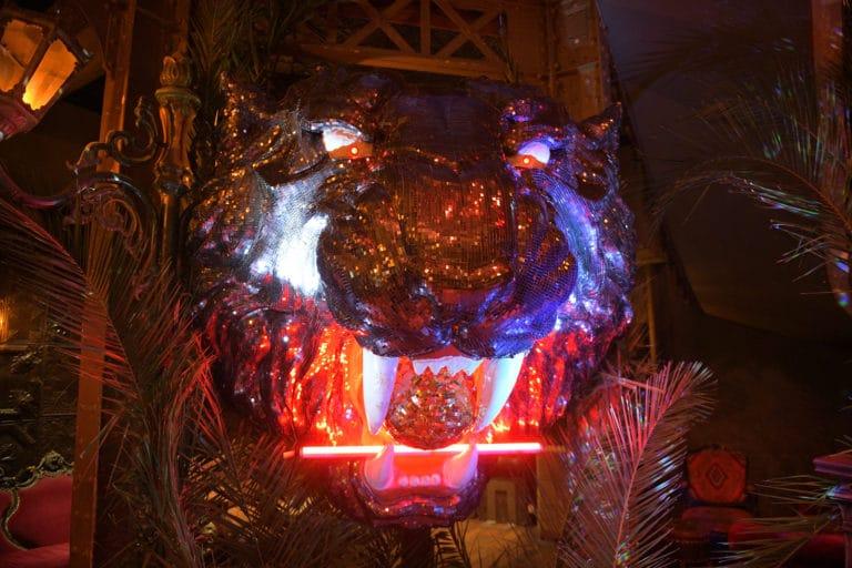 tete de tigre eclairee neons soiree corporate theme jungle vegetation escalier scenographie sur mesure amazonia winter party amazon france agence wato we are the oracle evenementiel events