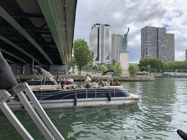 wato-agence-événémentiel-decléor-influenceuse-bateau-Seine-balade