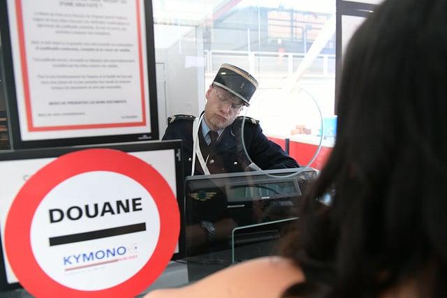 controle des douanes douanier fun acteurs avions acteur aeroport vintage Kymono agence wato we are the oracle evenementiel event