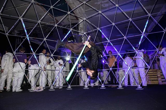 dc4 dome geodesique sabres lasers soiree surprise deguisements astronautes salon scaleway scenographie sur mesure scaleway scaleday paris france agence wato we are the oracle evenementiel event