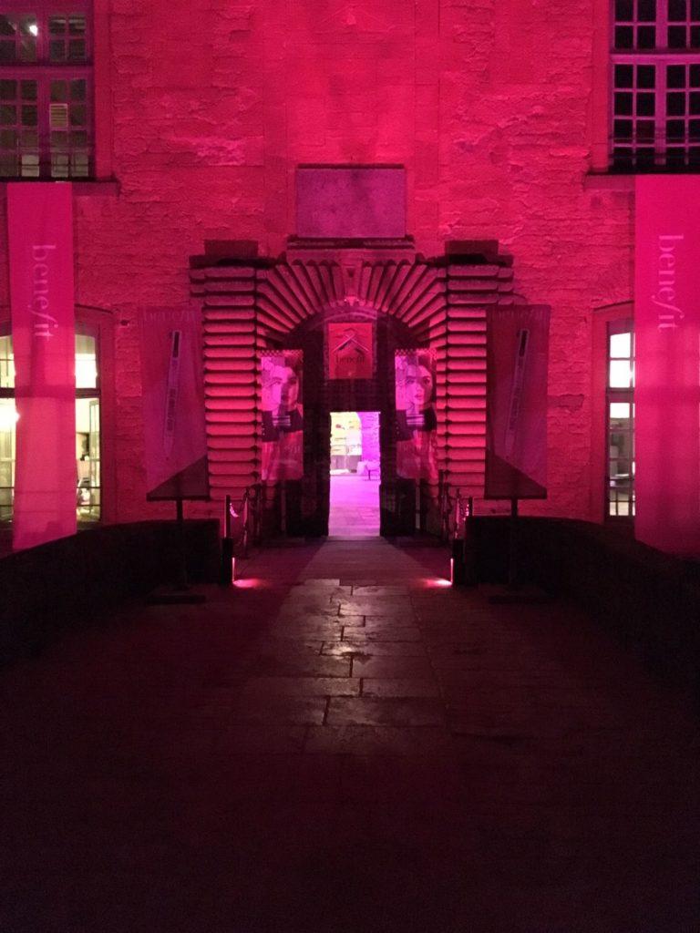 chateau de bagnols wato-agence-evenementielle-paris-benefit-soirée-décors-rose-pink-joie-diner-soirée-peinture-chateau-ballons-acting-lumière-1