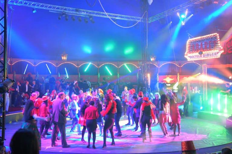 wato-agence-evenementielle-paris-cirque-bormann-zidler-cabaret-serpent-danseur-bus-tour-eiffel-chapeau-écharpe-présentateur-photocall-piste-magicien-serveux-champagne-clown-
