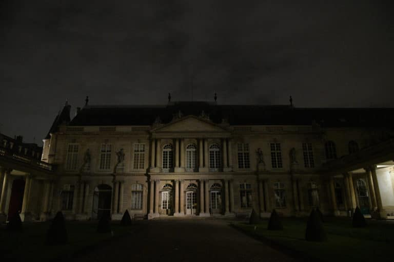 wato-agence-evenementielle-paris-le-bon-coin-soubise-diner-exceptionnel-marie-antoinette-chateau-bibliothèque-intrigue-sombre-lumiere-rouhe-décors-nouriture-assiette-joie-acting-1.jpg