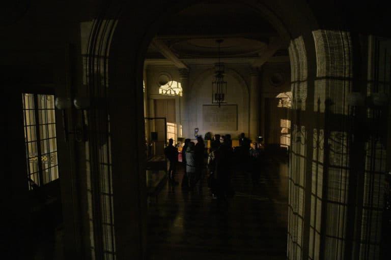 wato-agence-evenementielle-paris-le-bon-coin-soubise-diner-exceptionnel-marie-antoinette-chateau-bibliothèque-intrigue-sombre-lumiere-rouhe-décors-nouriture-assiette-joie-acting-10.jpg