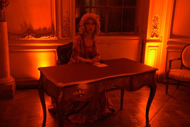 wato-agence-evenementielle-paris-le-bon-coin-soubise-diner-exceptionnel-marie-antoinette-chateau-bibliothèque-intrigue-sombre-lumiere-rouhe-décors-nouriture-assiette-joie-acting-14.jpg