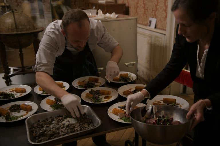 wato-agence-evenementielle-paris-le-bon-coin-soubise-diner-exceptionnel-marie-antoinette-chateau-bibliothèque-intrigue-sombre-lumiere-rouhe-décors-nouriture-assiette-joie-acting-15.jpg