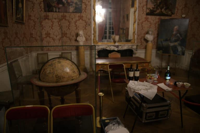 wato-agence-evenementielle-paris-le-bon-coin-soubise-diner-exceptionnel-marie-antoinette-chateau-bibliothèque-intrigue-sombre-lumiere-rouhe-décors-nouriture-assiette-joie-acting-17.jpg