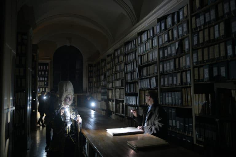wato-agence-evenementielle-paris-le-bon-coin-soubise-diner-exceptionnel-marie-antoinette-chateau-bibliothèque-intrigue-sombre-lumiere-rouhe-décors-nouriture-assiette-joie-acting-18.jpg