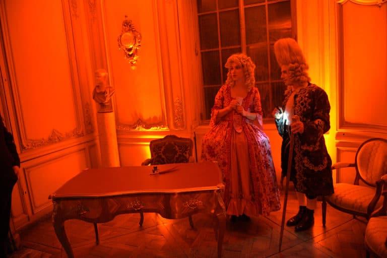 wato-agence-evenementielle-paris-le-bon-coin-soubise-diner-exceptionnel-marie-antoinette-chateau-bibliothèque-intrigue-sombre-lumiere-rouhe-décors-nouriture-assiette-joie-acting-2.jpg
