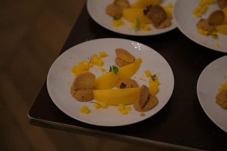wato-agence-evenementielle-paris-le-bon-coin-soubise-diner-exceptionnel-marie-antoinette-chateau-bibliothèque-intrigue-sombre-lumiere-rouhe-décors-nouriture-assiette-joie-acting-6.jpg