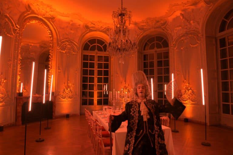 wato-agence-evenementielle-paris-le-bon-coin-soubise-diner-exceptionnel-marie-antoinette-chateau-bibliothèque-intrigue-sombre-lumiere-rouhe-décors-nouriture-assiette-joie-acting-8.jpg