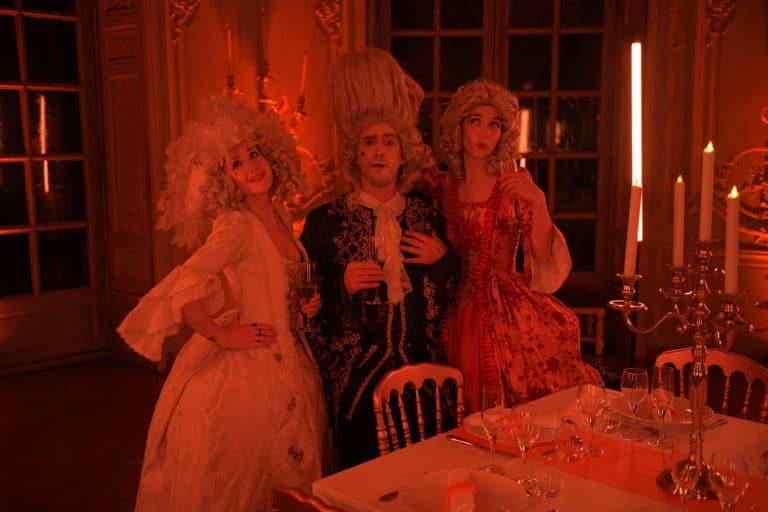 wato-agence-evenementielle-paris-le-bon-coin-soubise-diner-exceptionnel-marie-antoinette-chateau-bibliothèque-intrigue-sombre-lumiere-rouhe-décors-nouriture-assiette-joie-acting-9.jpg