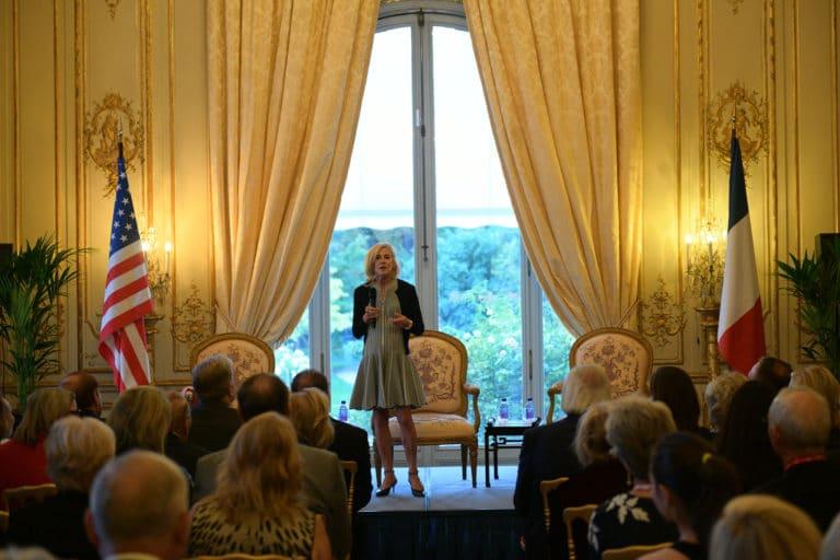 Jamie Mc Court ambassadrice usa france discour speech pitch drapeaux france hotel de pontalba paris residence ambassadeur des etats unis agence wato we are the oracle