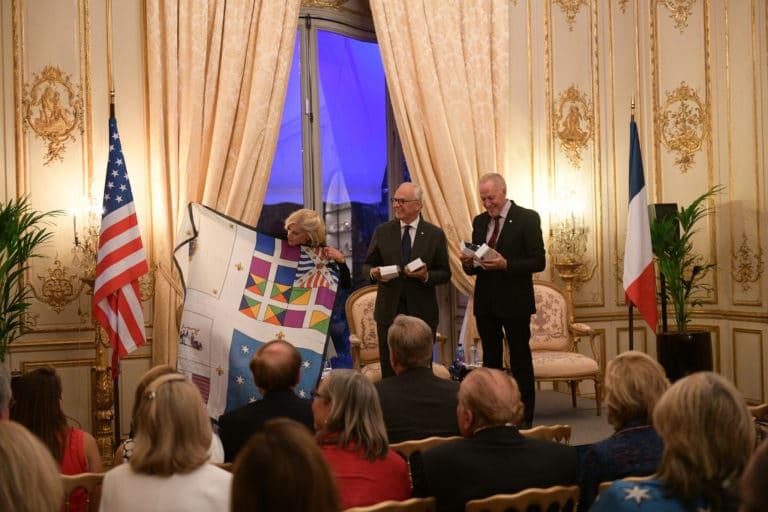 Jamie Mc Court ambassadrice usa france foulard cinabre drapeaux france hotel de pontalba paris residence ambassadeur des etats unis agence wato we are the oracle