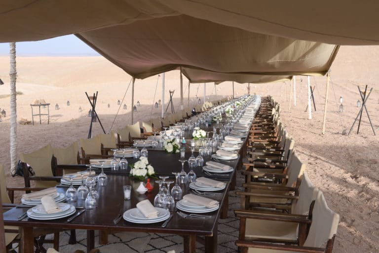 tente table diner assis tapis desert agafay voyage incentive team building voyage agence wato evenementiel event taleo cinq ans the tatane project marrakech maroc maghreb