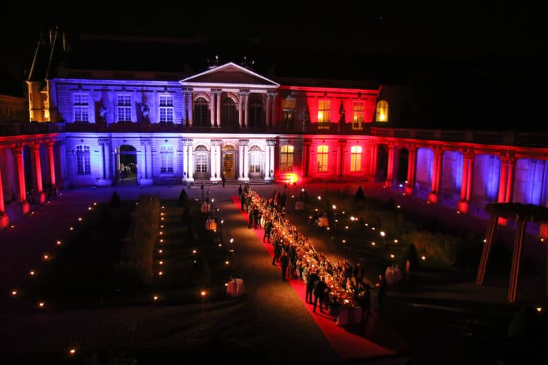 mapping drapeau francais hotel de soubises hotel particulier paris cours honneur diner cent personnes table seminaire usa agence wato evenementiel